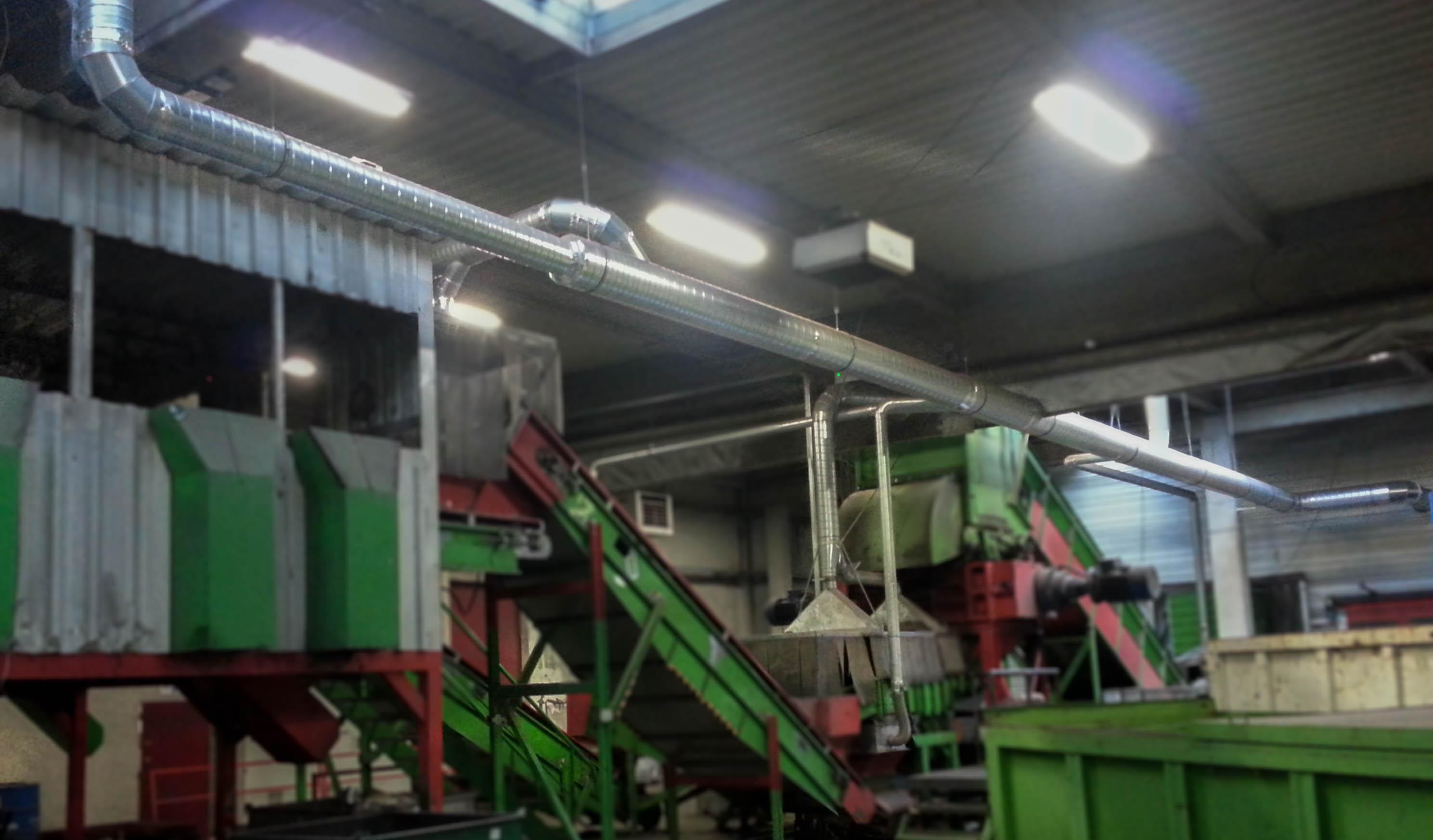 Dépoussiérage sur une ligne d'un centre de tri de déchets. Réseau en gaine spiralée et capotage en acier galvanisé.