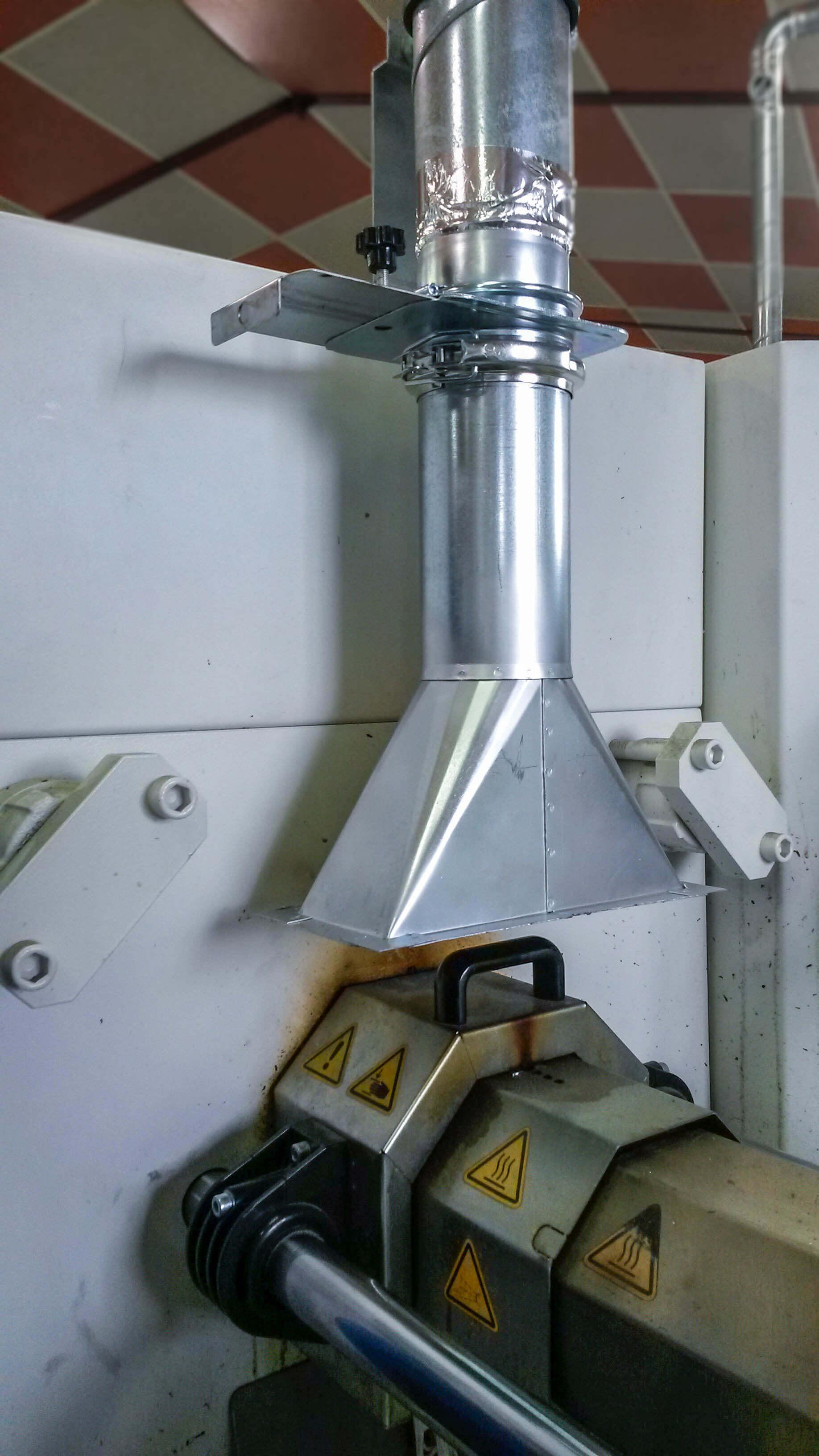 Capot en acier galvanisé pour aspiration fumée de plastique sur presse à injecter / extrudeuse.