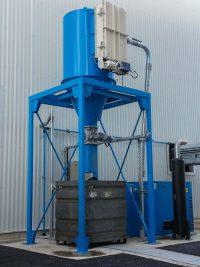 Aspirateur industriel ou dépoussiéreur pour nettoyage centralisé bleu avec écluse et groupe déprimogène de type roots de 22Kw dans caisson insonorisé