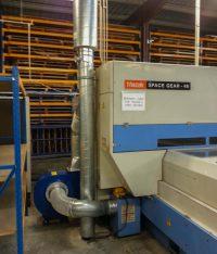 Aspiration fumée sur machine découpe laser avec un réseau en gaine spiralée galvanisée et un ventilateur bleu. Silencieux au refoulement.