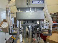 Capots aspirants en acier inoxydable sur machine à remplissage de bidon. Conception capot sur mesure relié au réseau par tuyau flexible.