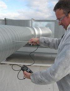 Mesure aéraulique sur réseau gaine lors d'audit. Contrôle réseau de ventilation, mesure de vitesse, de pression