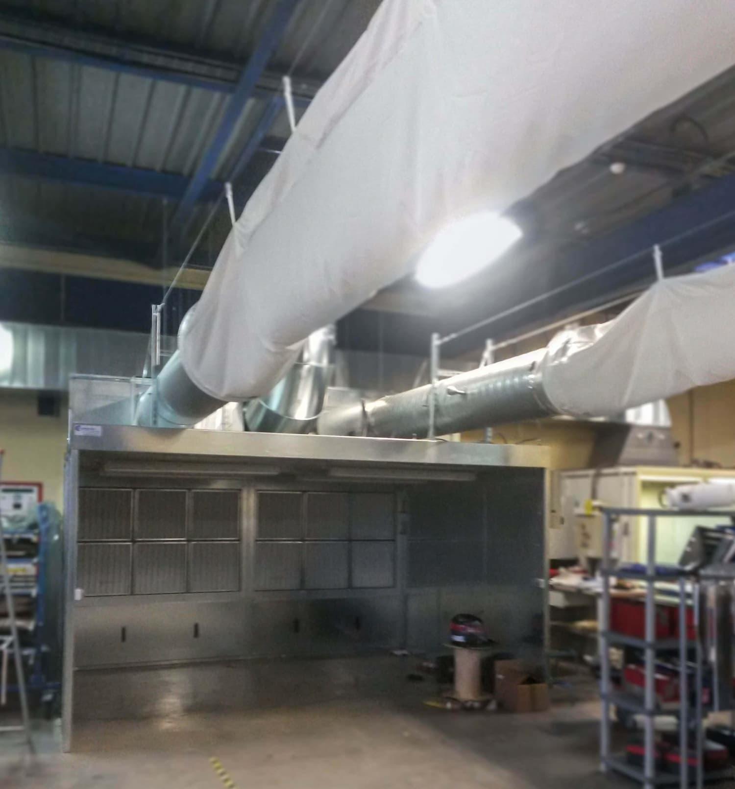 Cabine aspirante pour aspiration poussière issue de la découpe de panneau en composite d'un sous-traitant aéronautique. Système bypass pour rejet air propre à l'extérieur ou rejet dans l'atelier par l'intermédiaire de gaine textile.