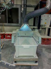 Capot en acier galvanisé pour aspiration de poudre volatile sur une table de pesée relié au réseau par un tuyau flexible. Conception sur mesure.