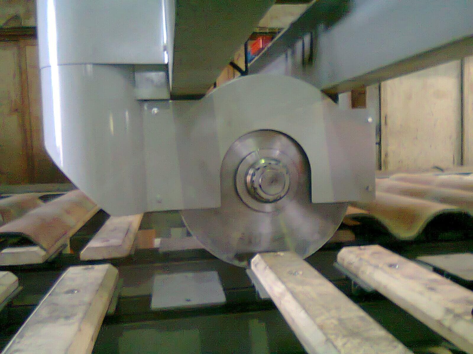 Capot en acier peint sur scie circulaire pour découpe plaque ondulée en fibrociment. Aspiration poussière de découpe