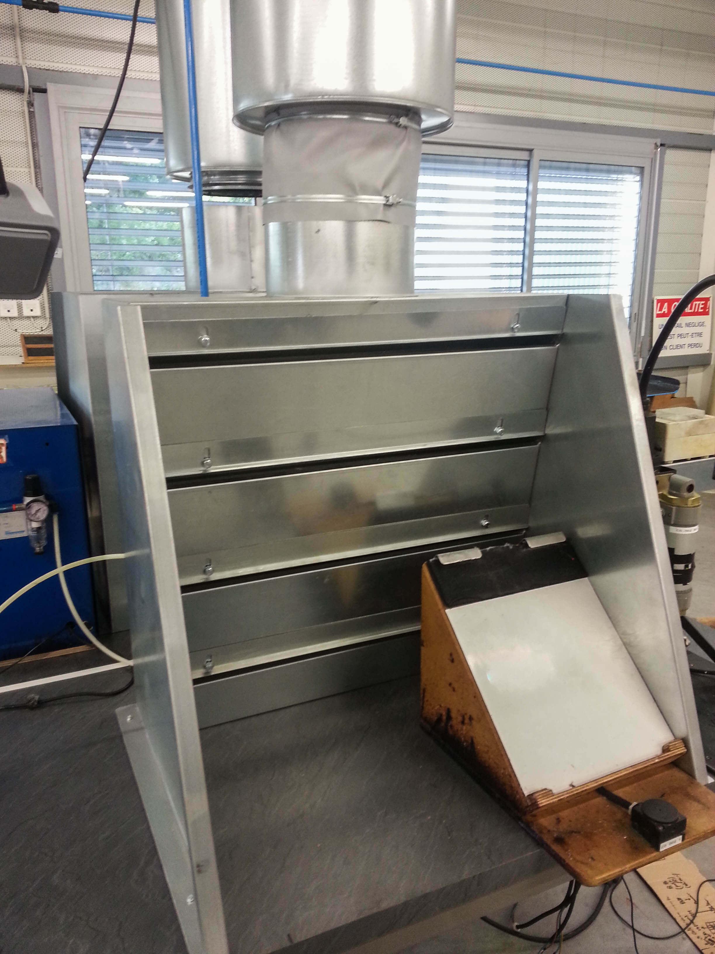 Dosseret aspirant en acier inoxydable avec fentes réglables pour aspiration d'odeur de solvant ou colle pour collage pièces aéronautiques.
