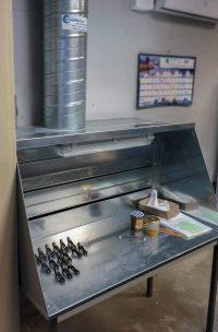 Dosseret aspirant ou capot à fentes en acier inoxydable avec fentes réglables pour aspiration d'odeur de solvant ou colle pour collage pièces aéronautiques.