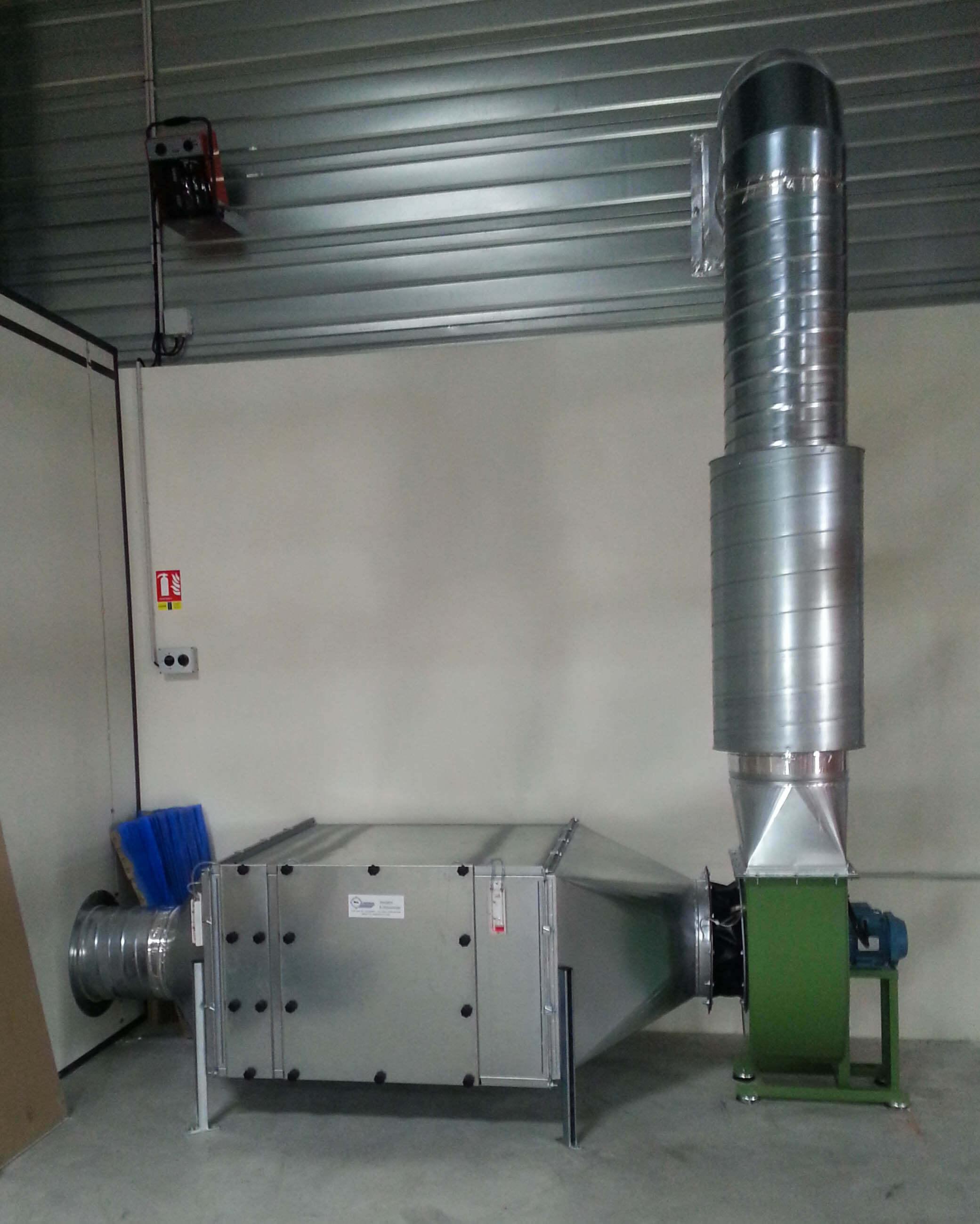 Aspiration avec filtration. Réseau en gaine spiralée galvanisée, silencieux au refoulement et ventilateur
