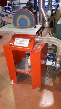 Aspiration de poussière de titane ou d'aluminium lors d'ébavurage de pièce aéronautique sur lapidaire.