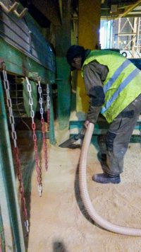 Canne d'aspiration branchée à un réseau d'aspiration de nettoyage centralisée pour reprise en tas. Aspiration de poussière de terre, d'argile dans une tuilerie ou briqueterie. Nettoyage du sol de l'usine.