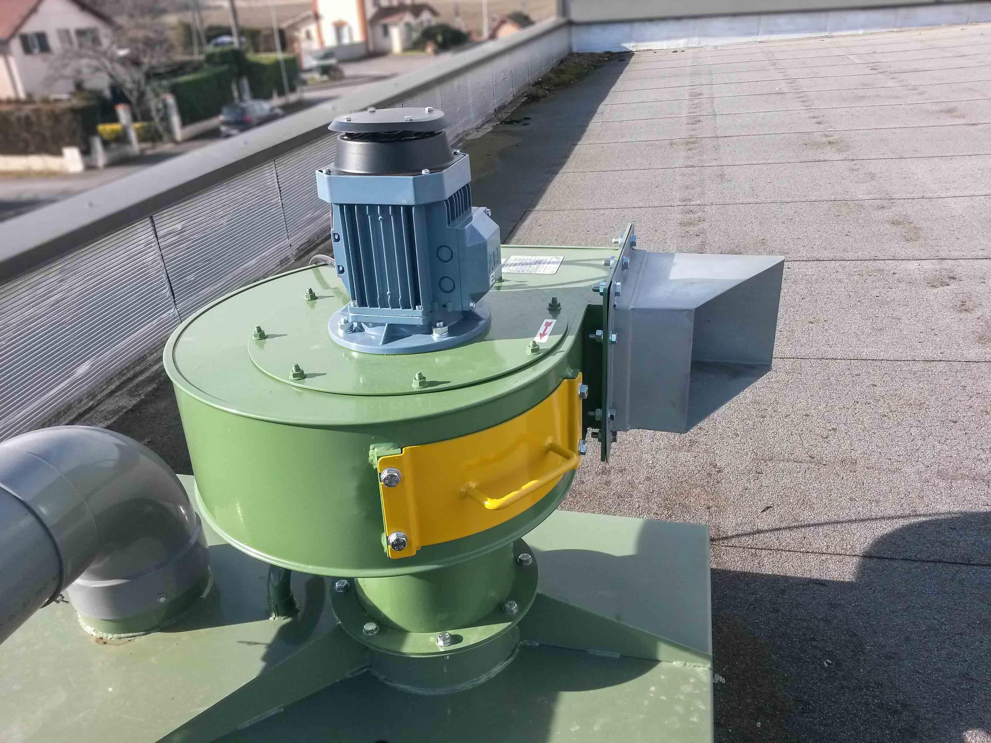 Tourelle avec ventilateur centrifuge installée en toiture pour aspiration de solvant.