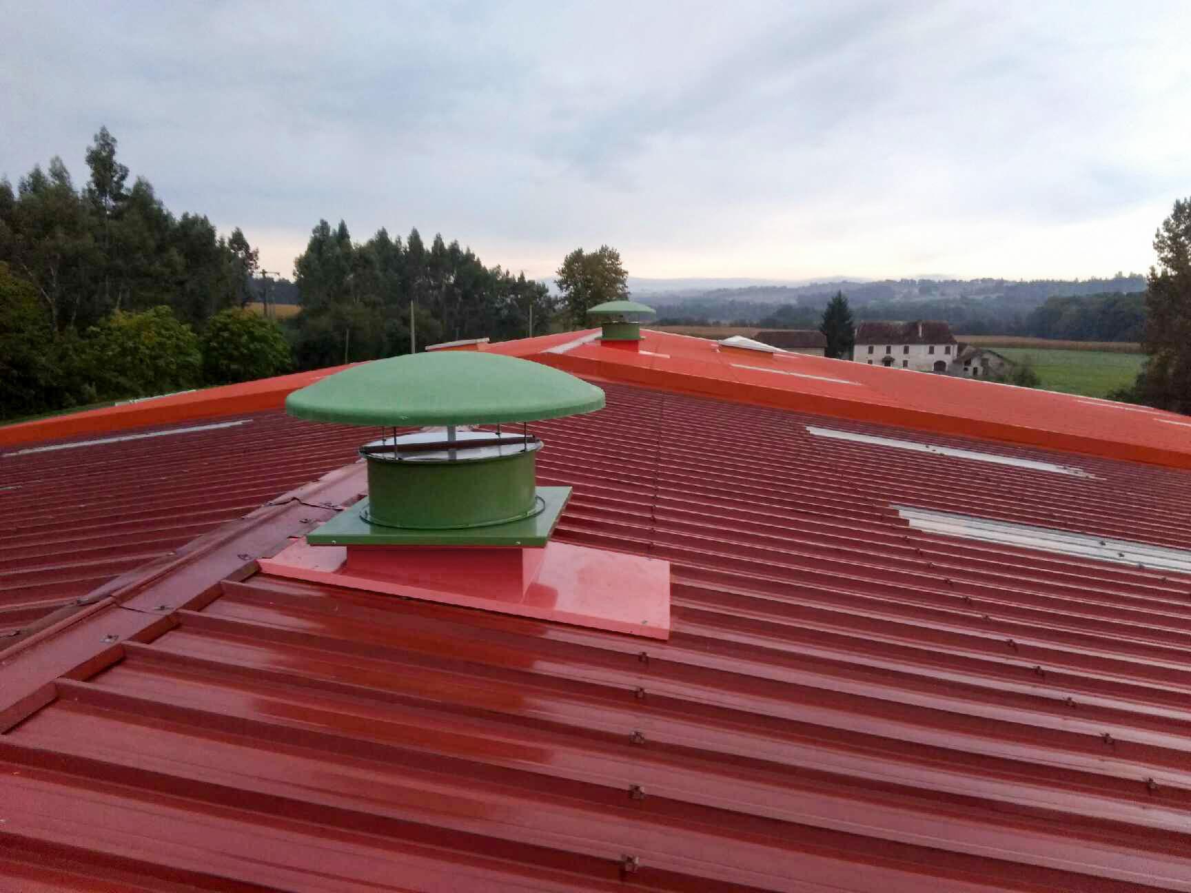 Tourelle toiture posée sur souche toiture pour extraction de fumée de soudure dans atelier, avec clapet anti retour.