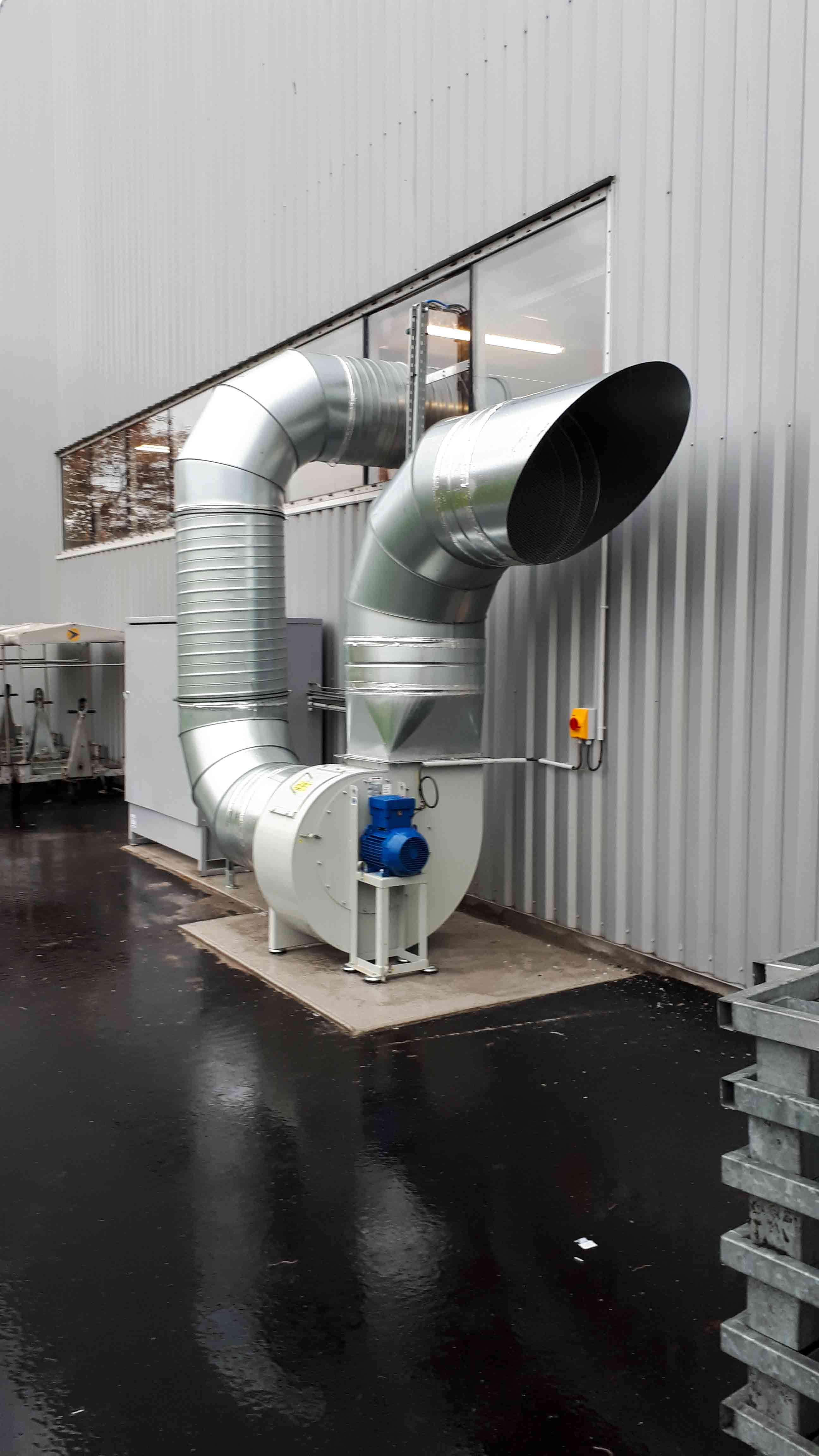 Ventilateur ATEX pour mise en dépression d'une cabine aspirante pour vapeur d'éthanol dans milieu aéronautique. Gaine en acier galvanisée spiralée et rejet extérieur avec sifflet grillagé.
