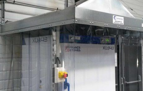 Capot d'aspiration avec lanières souples pour aspiration de fumée sur étuve dans une société aéronautique. Ventilateur sur le dessus et rejet extérieur.