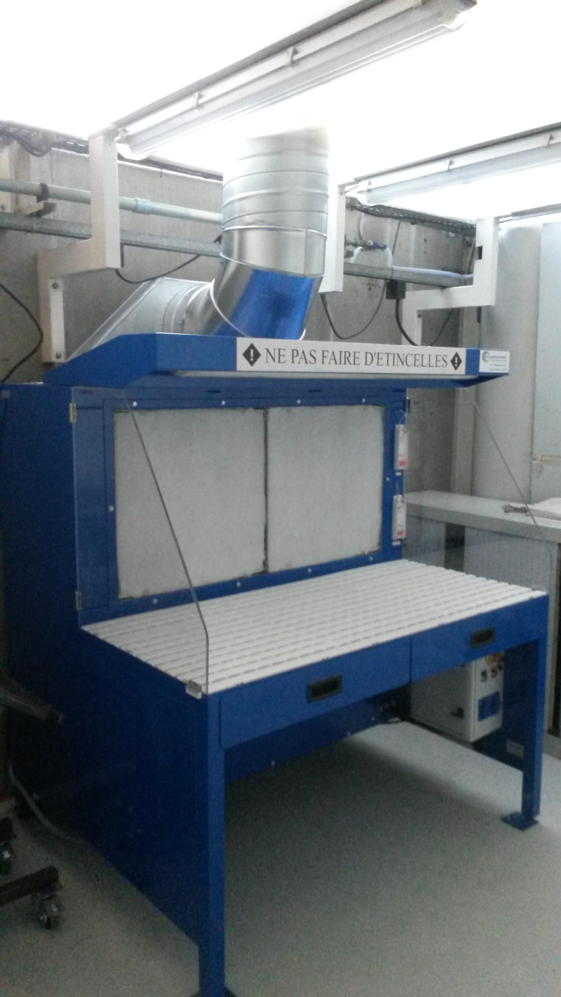 Table aspirante autonome 1.5m MH-ASPIRATIONS pour ajustage, ponçage, ébavurage de pièces aéronautique. Aspiration de poussière d'aluminium, composite. Avec rejet à l'extérieur en gaine galvanisée spiralée.