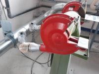 Aspiration de poussières sur touret double. Touret relié à un réseau de gaine galvanisé par un flexible en polyuréthane.