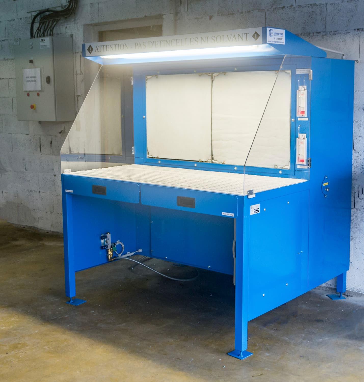 Table aspirante autonome 1.5 mètres bleu pour ponçage, ébavurage de pièces aéronautique en aluminium. Aspiration de poussière d'aluminium avec surface filtrante haute efficacité.