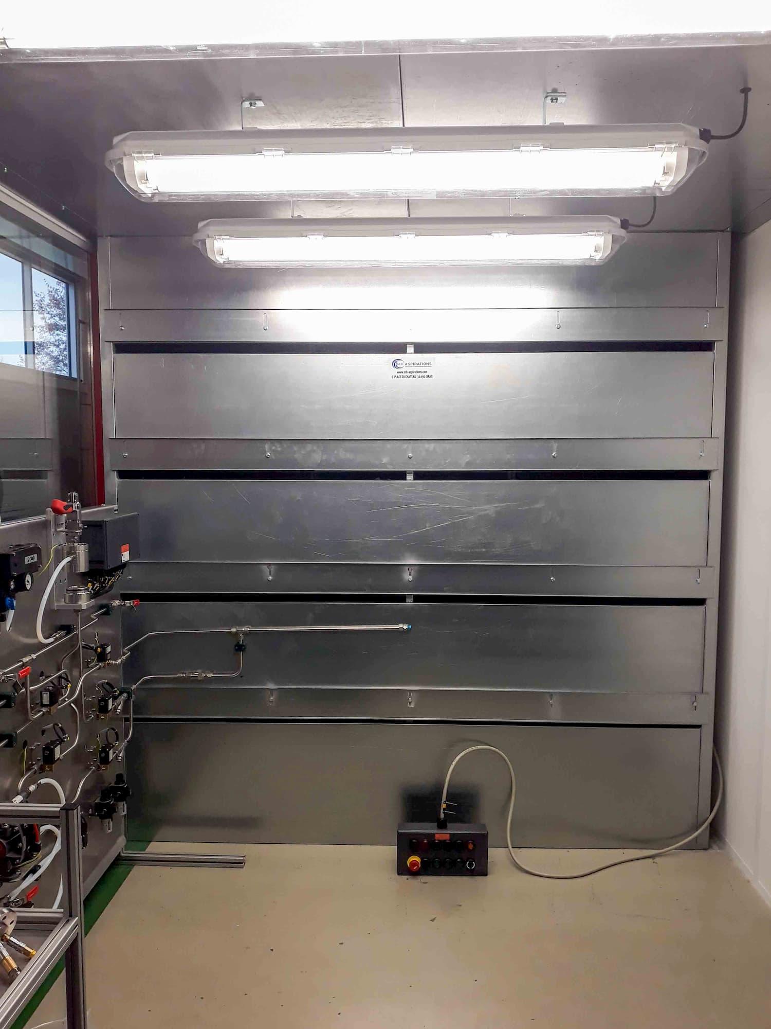 Cabine d'aspiration en acier galvanisé en fentes réglables pour aspiration de vapeur d'éthanol. Eclairage avec néon.