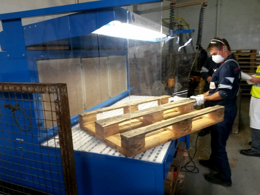 Table aspirante pour réparation de palettes en bois